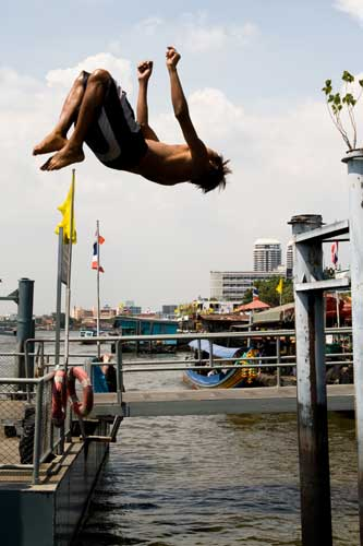 Bangkok Trip 2008 - diving kids on choo phraya river