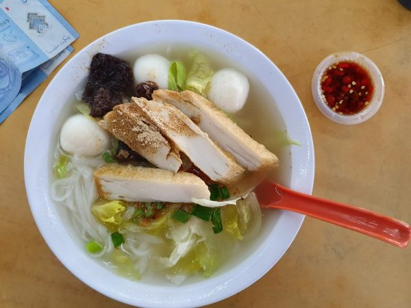 fish ball noodle, with fish cake & seaweed too