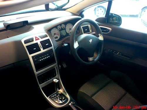 Black Peugeot 307CC interior console
