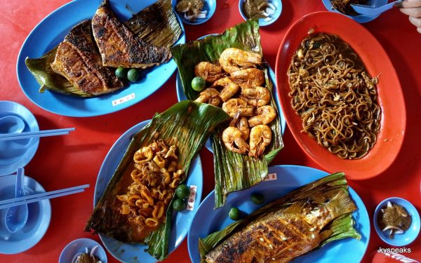 Liang Li Ikan Bakar, with yee mee on the side