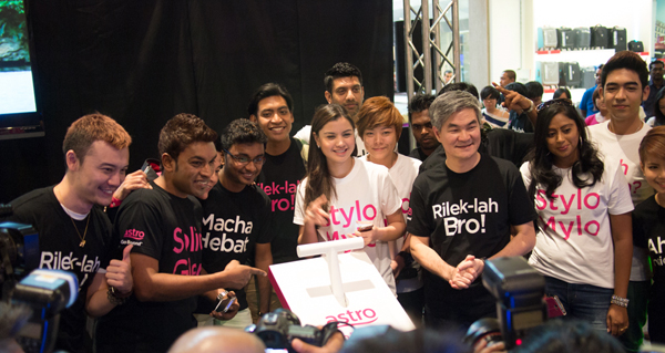 celebrities include Datuk Aznil, Haniff, Lisa Surihani, Jie Ying with Astro COO Henry Tan