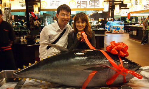 Haze &amp; I behind the 100 kg tuna