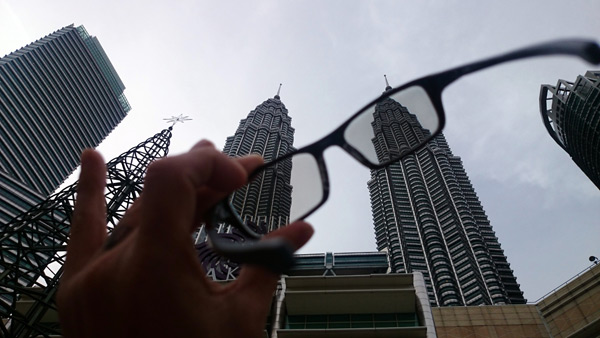 the change of tint is almost instantaneous, outdoor at KLCC park